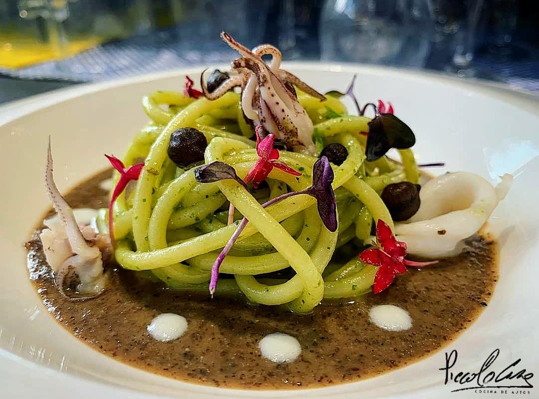 Garofalo - Spaghetti Garofalo con salsa de albahaca y calamares sobre crema de garbanzos negros.